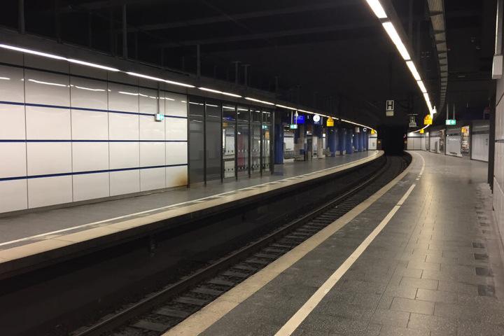 Die völlig leeren S-Bahnsteige an der Station Stachus. Am Wochenende fuhren keine S-Bahnen auf der Stammstrecke.