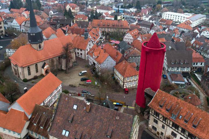 Die rote Kerze überragt alle umstehenden Gebäude.
