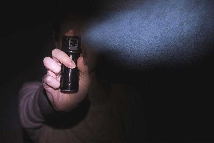 Die unbekannten Diebe attackierten den Mann mit Pfefferspray, nachdem dieser sich wehrte. (Symbolbild)