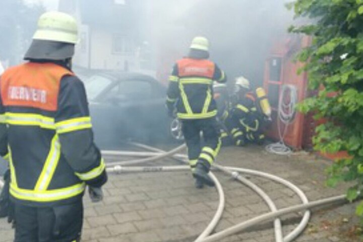 Die Einsatzkräfte schoben den Mazda aus dem Feuer.