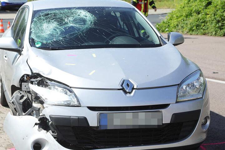 Am Renault sieht man deutlich, dass der Fahrer der Simson auf die Scheibe katapultiert wurde.