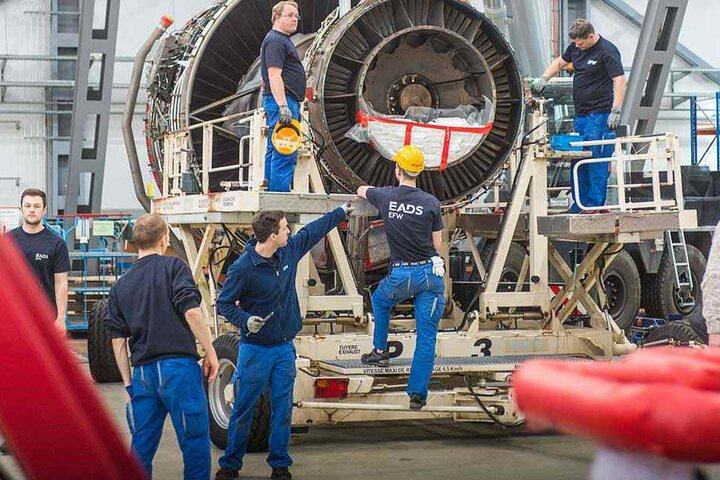 Mitarbeiter inspizieren eine der vier Turbinen des A380.