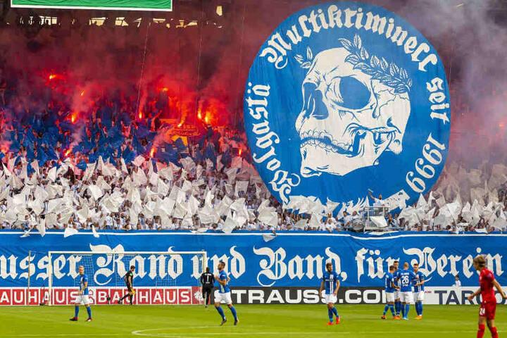 Rostocker zündeln mit Pyrotechnik während der DFB-Pokal-Partie.