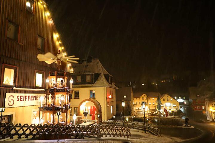 Im Spielzeugdorf Seiffen blieb der erste Schnee liegen.