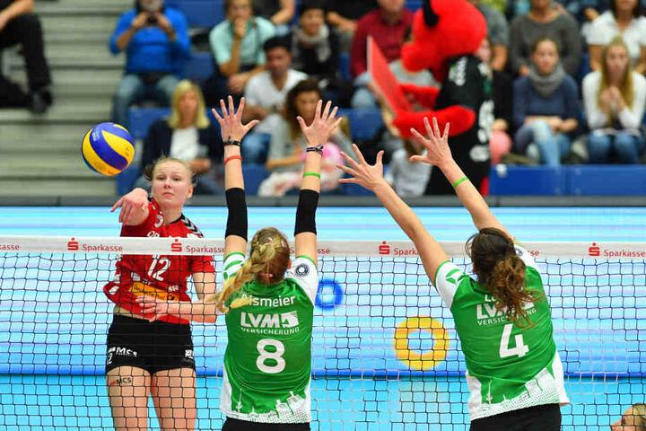 Keine Chance für Münsters Block: Nach präzisem Zuspiel von Mareen Apitz schlägt Piia Korhonen im Angriff eiskalt zu.