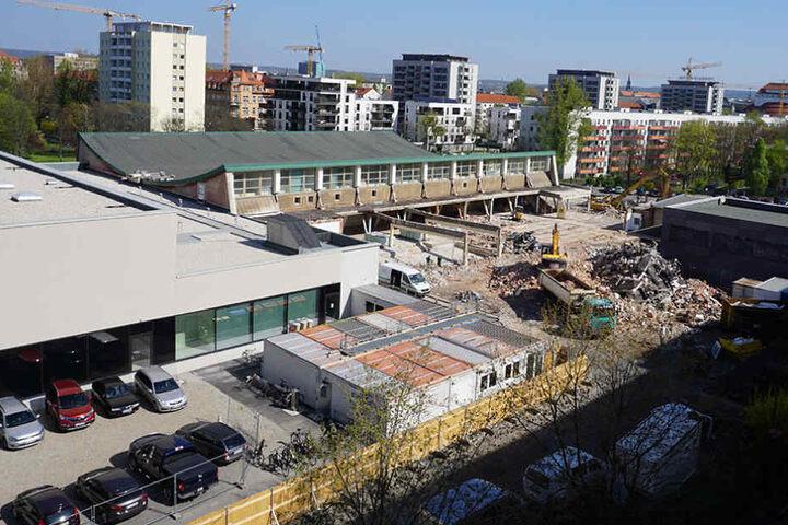 Der Schwimmhallen-Neubau ist fertig, die Abrissarbeiten nebenan abgeschlossen.