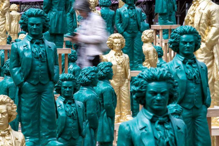 Lächelnde Beethoven-Statuen, Kunstwerke des Konzeptkünstlers und Bildhauers Ottmar Hörl, stehen auf dem Münsterplatz.