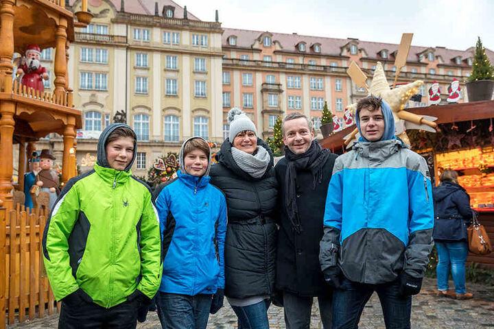 """David Jira (44) ist mit Ehefrau Veronika (42) und den drei Söhnen Kuba (12), Vojta (12) und Matej (15) extra aus Prag angereist: """"Wir geben dem Markt vier Sterne. Es ist sehr weihnachtlich und schön dekoriert. Das Angebot ist schön. Nur alles etwas teuer."""