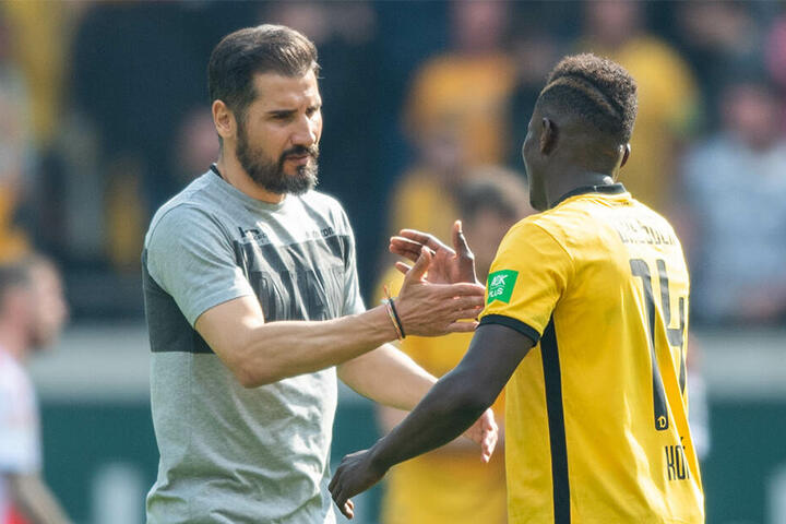 "Cristian Fiel beglückwünscht nach Abpfiff der Partie Moussa Koné. Darf sich ""Fielo"" nächste Saison über Klingenburg freuen?"