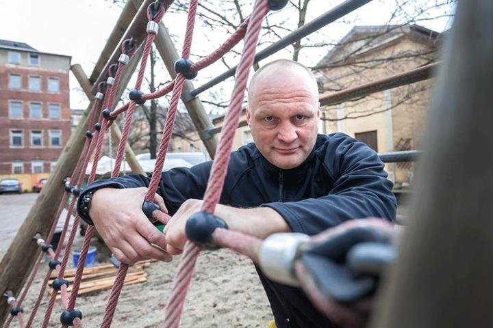 Reparaturen wie auf dem Pausenhof der Luxemburg-Grundschule müssen schneller gehen, sagt Gordon Tillmann (44, FDP).