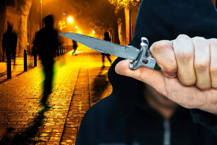 Der Tatverdächtige soll die Frau auf offener Straße niedergestochen haben. (Fotomontage, Symbolbilder)
