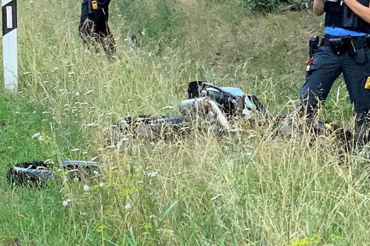 Das zerstörte Motorrad lag im Gras neben der Straße.