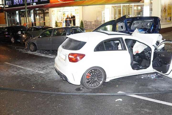 Der weiße Mercedes AMG A 45 knallte nahezu ungebremst in geparkte Autos.