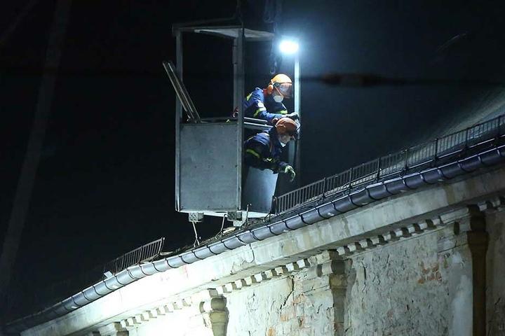 Aus der Gondel öffneten die THW-Mitarbeiter das Dach, um so in den Innenraum zu gelangen und den abgesackten Dachträger zu festigen.