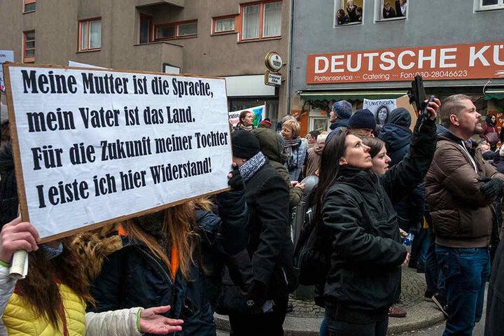 """Demonstranten mit einem Transparent beim """"Frauenmarsch"""" aus dem AfD-Umfeld."""