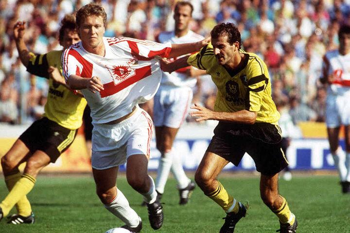 31. August 1991: Sergio Allievi (r.) im Dynamo-Trikot bei einem Zweikampf  mit Nils Schäfer vom VfB Stuttgart.