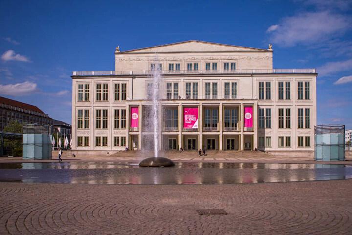 Seit einiger Zeit zierten den Opernvorplatz auf de Augustusplatz zwei gelbe Enten. Die kleinere der beiden wurde nun gestohlen.