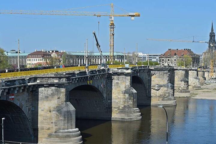 An der Augustusbrücke wird kräftig gebaut.