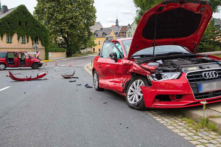 Die beiden Autos krachten frontal zusammen.