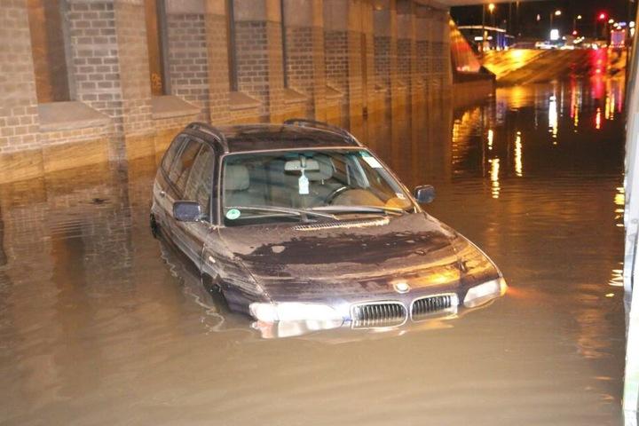 Ein BMW steht völlig unter Wasser.