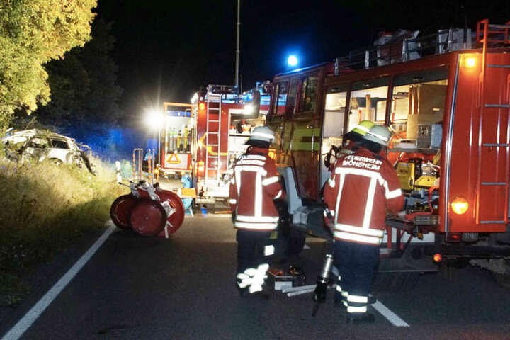 Rettungskräfte vor Ort an der Unglücksstelle.