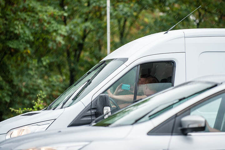 Und auch die Personen in diesem Kleintransporter konnten ihre Finger nicht vom Smartphone lassen und machten ungeniert Fotos.