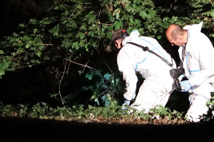Mitarbeiter der Spurensicherung durchsuchten nach dem schrecklichen Fund die Umgebung.