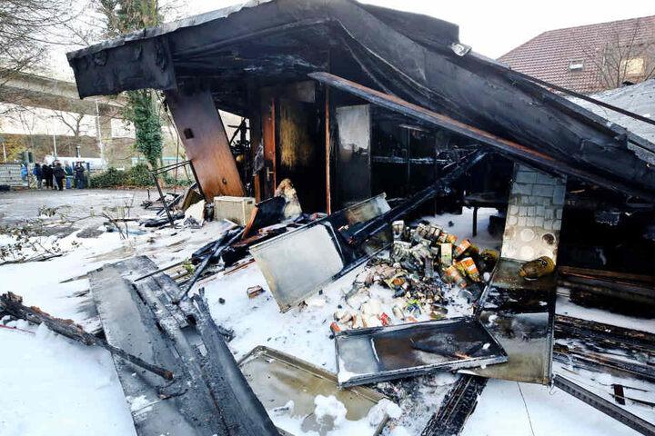 Das Gebäude, in dem auch die Kleiderkammer der Hilfsorganisation beheimatet war, brannte völlig nieder.