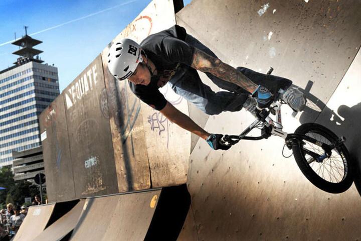 Die Skateanlage am Kesselbrink lockt mit schrägen Wänden. Ideal für spektakuläre Stunts.