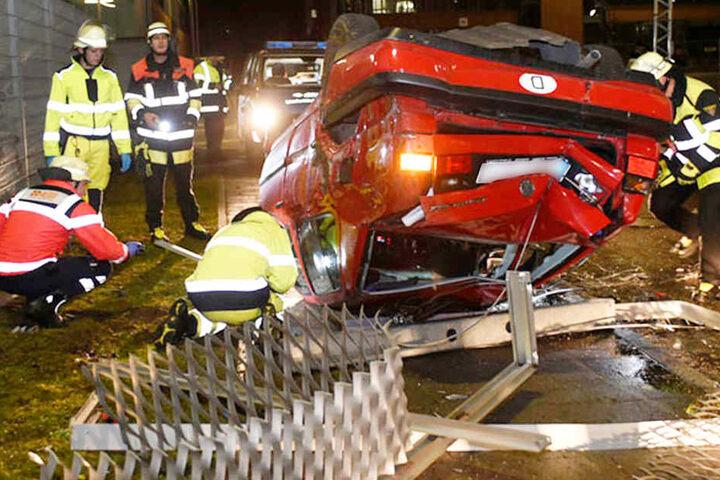 Von dem oder den Insassen des Fahrzeugs fehlte im Anschluss an den schweren Unfall jede Spur.