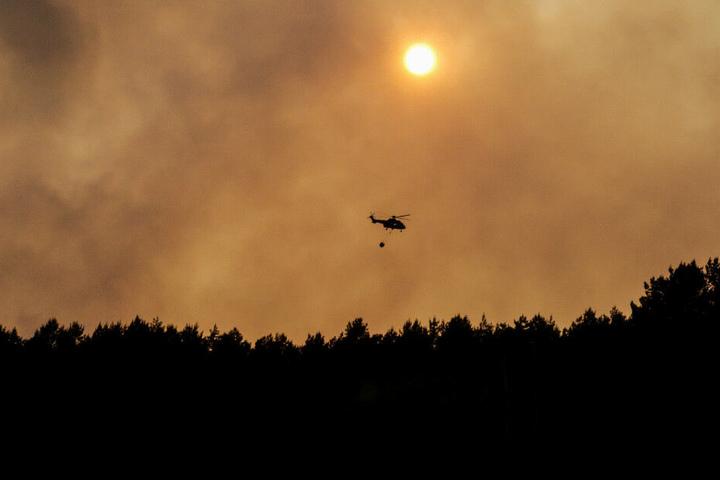 Auch ein Helikopter kam bei dem Brand zum Einsatz.