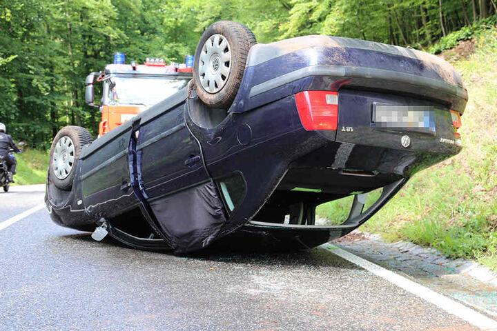 Der Volkswagen überschlug sich kurz nach einer Kurve.