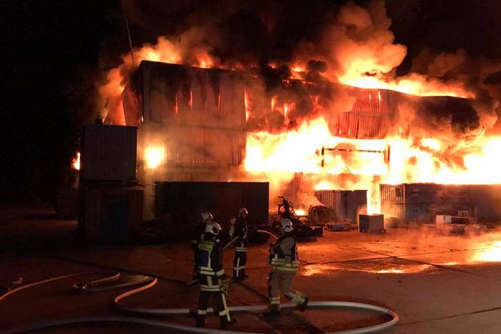 An dem Einsatz waren etwa 100 Kameraden der angrenzenden Feuerwehren beteiligt. Auch die FFW Mücheln rückte an.