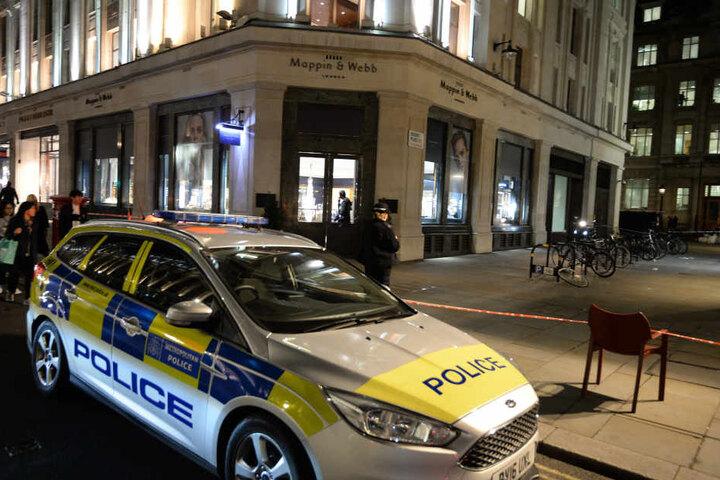 Nach einem Überfall auf ein Juweliergeschäft in Londons Regent Street sind sechs Männer auf einem einzigen Moped entkommen.