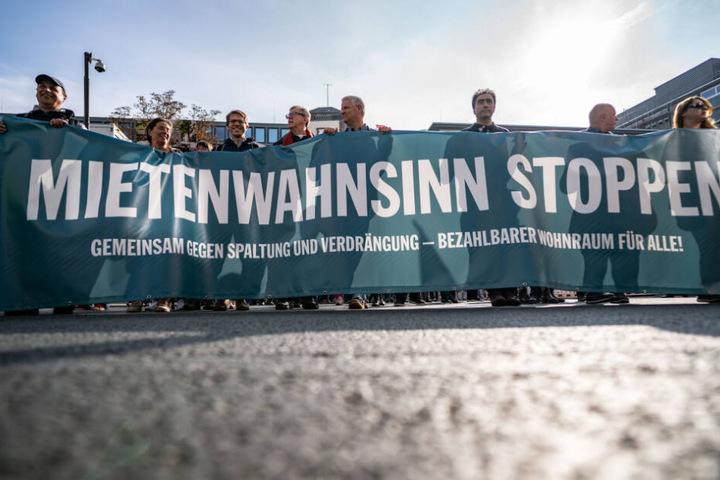 """Hinter einem Transparent mit der Aufschrift """"Mietenwahnsinn stoppen"""" ziehen Demonstranten durch die Frankfurter Innenstadt (Archivbild)."""