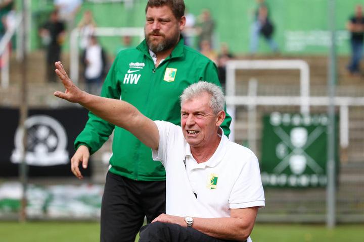 BSG-Coach Diemtar Demuth (unten) dirigierte an der Seitenlinie, feierte mit der Mannschaft und Co-Trainer Hans-Jürgen Weiß ein Unentschieden gegen Nordhausen.