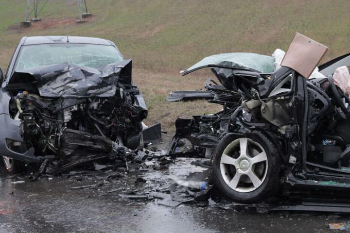 Beide Fahrzeuge wurden durch die Wucht des Aufpralls zusammengedrückt.