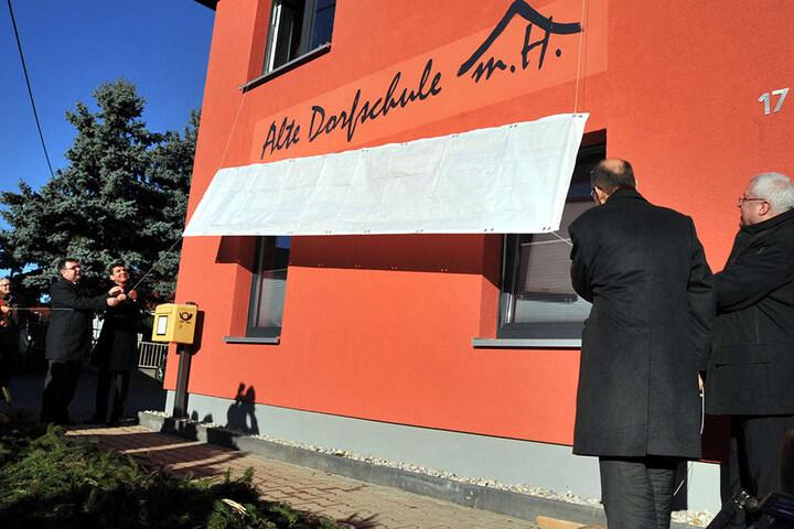 Ganz in Terracotta erstrahlt die alte Dorfschule als neues  Multifunktionshaus.