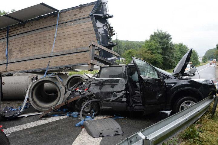 Der komplette Wagen wurde von den Betonröhren zerquetscht.