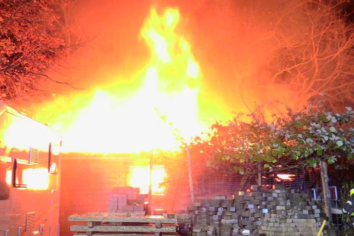 Meterhoch schlugen die Flammen in den Nachthimmel.