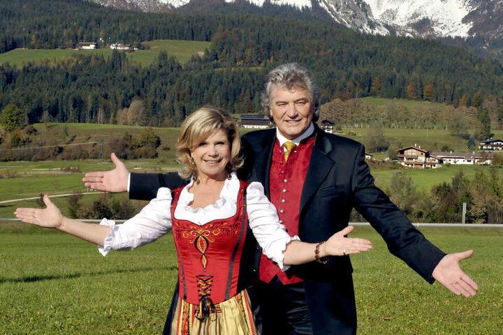 """Das Volkmusikpaar Marianne und Michael steht während einer Drehpause zum TV-Film """"Weihnachten mit Marianne und Michael"""" auf einer Wiese. (Archivbild)"""