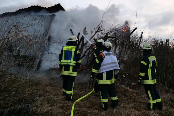 Rund 80 Einsatzkräfte bekämpfen das Feuer.