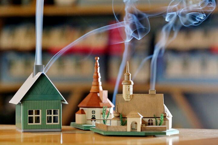 Wer Räucherhäuschen sichtbar rauchen lassen will, kann das am besten mit den  Crottendorfer Räucherkerzen.