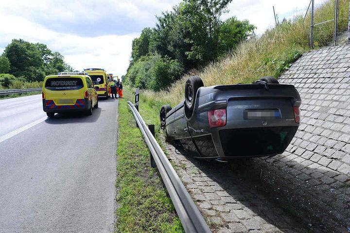 Zum Liegen kam der VW Passat unter einer Autobahnbrücke.