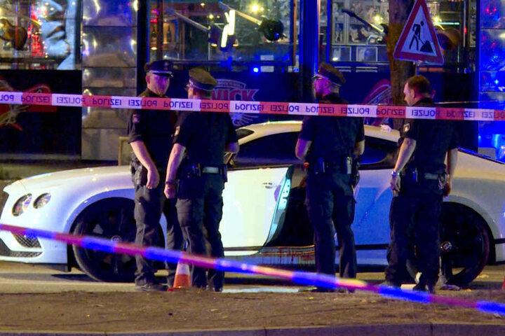 Polizisten stehen neben einem Auto auf dem Millerntorplatz an der Reeperbahn, nachdem Schüsse gefallen waren.