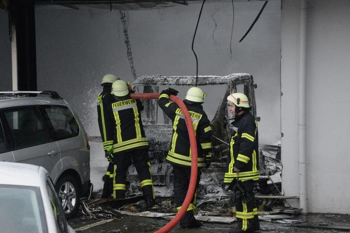 Viele Autos in der Halle wurden beschädigt.