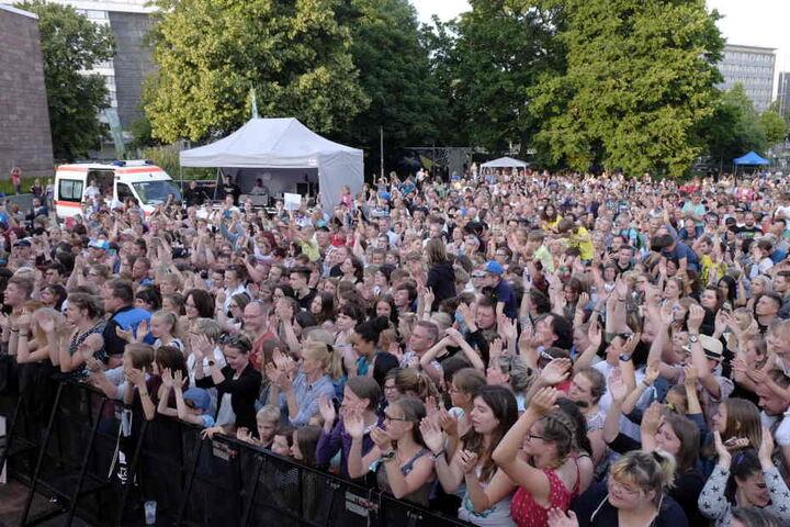 Tausende Fans sind in den Stadthallenpark zum Feiern gekommen.