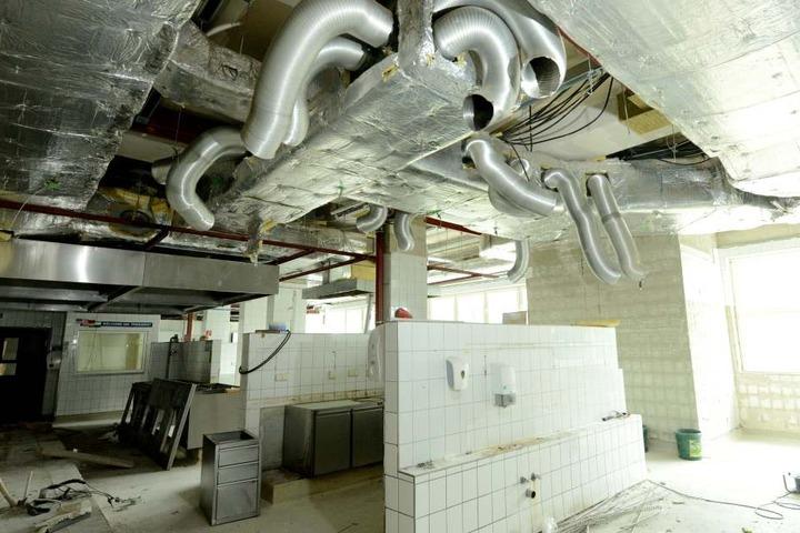 Die ehemalige Küche. Sie wird halbiert, in einen Teil kommen Wohnungen.