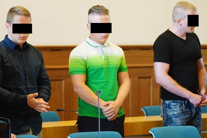 So jung und schon soviel kriminelle Energie: (v.l.) Die beiden Zwillingen Rouven und Cedric S. (19). Rechts neben den beiden steht Mitangeklagter Patrick D. (36).