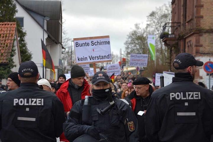 Die Polizei sicherte die beiden Demonstrationen mit mehreren Hundertschaften ab.